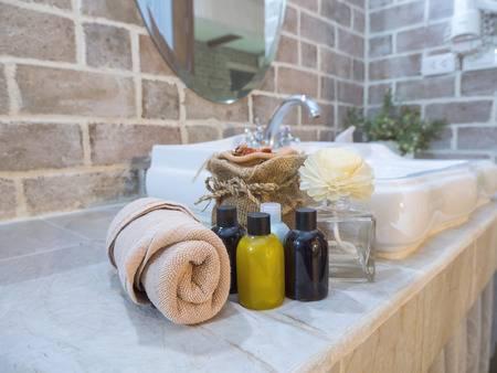 79500251-jabón-líquido-botella-de-champú-y-toalla-marrón-en-el-tazón-de-lavado-en-el-baño-en-el-hotel-moderno-enfoque-selectivo